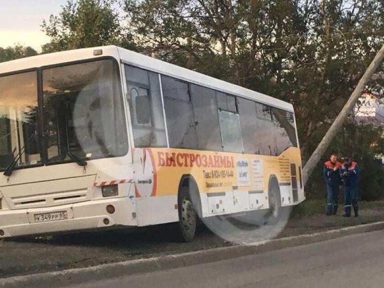 Спасти всех: пассажирский автобус врезался встолб, чтобы неулететь под горку