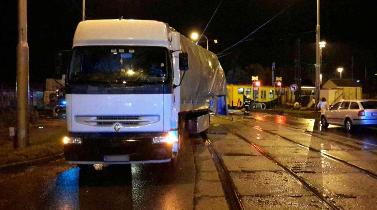 ВЧехии пассажирский поезд сбил грузовой автомобиль напереезде, есть пострадавшие