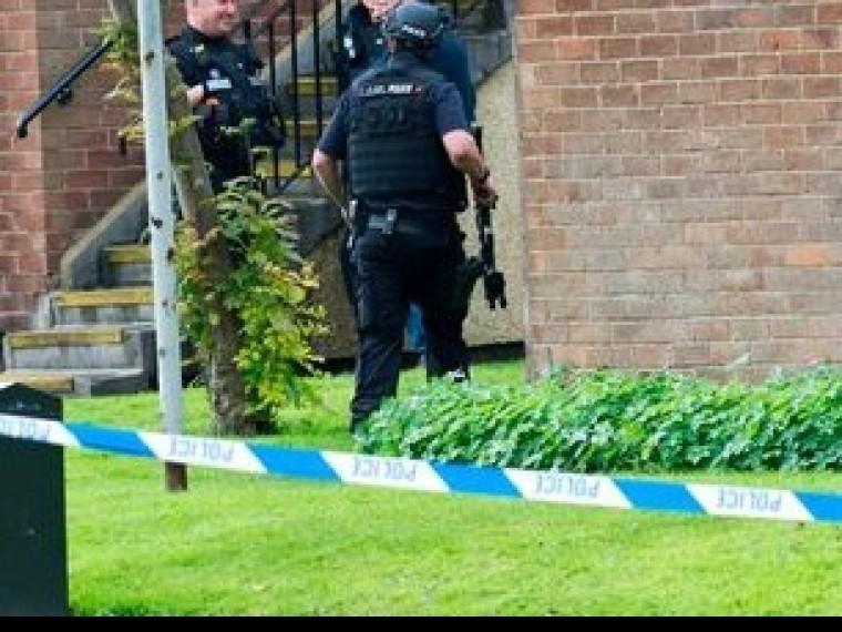 Вооруженный безумец взял взаложники двоих человек вВеликобритании