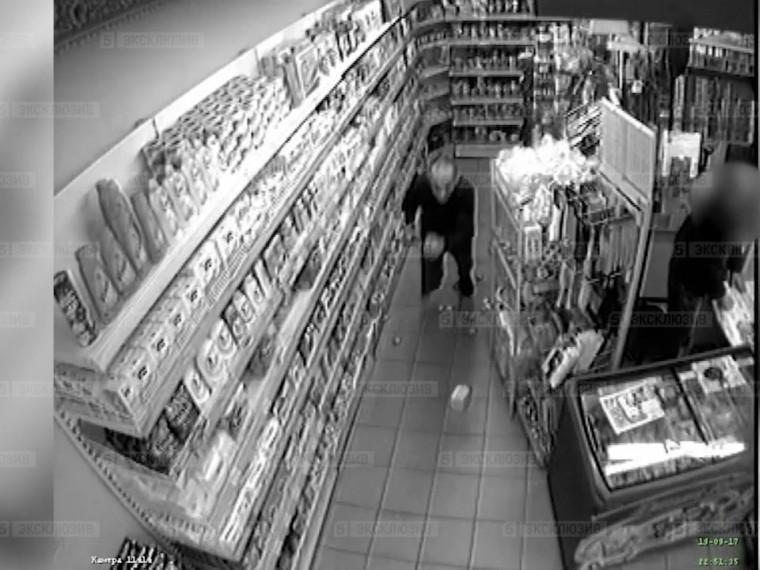 Озверевший житель Петербурга ворвался вмагазин, набросился насотрудников ипорезал себя ножом— видео атаки