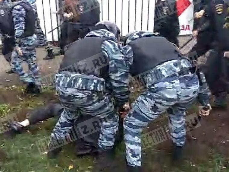 Десятки мигрантов собрались уТК«Москва»— начались жесткие задержания