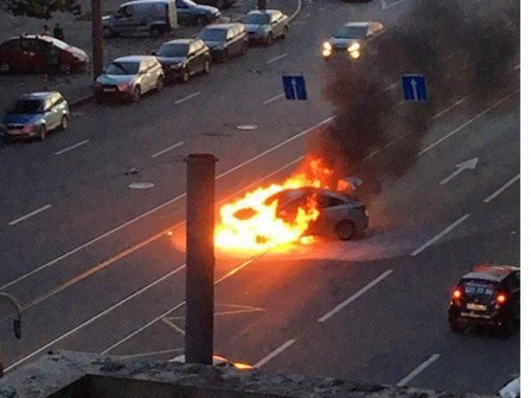 ВСанкт-Петербурге натрамвайных путях горит машина