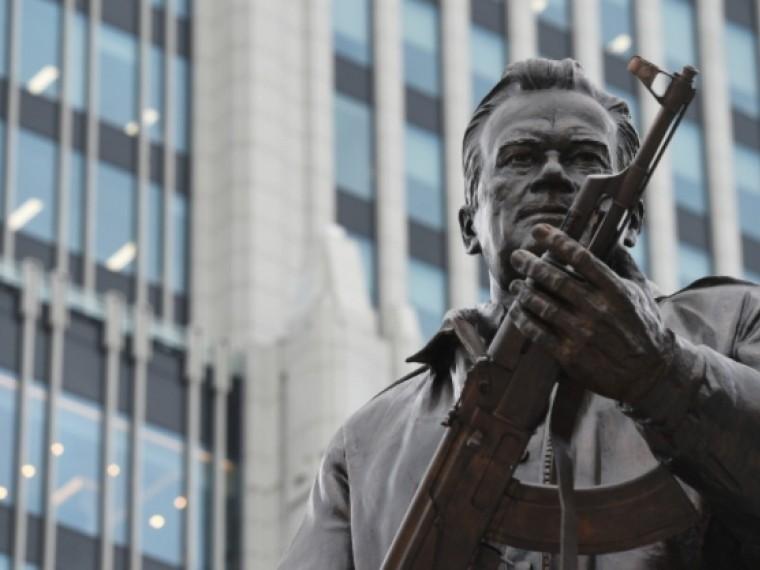 «Никакой политической подоплеки нет»— автор скульптуры Калашникову очертеже немецкого автомата намонументе
