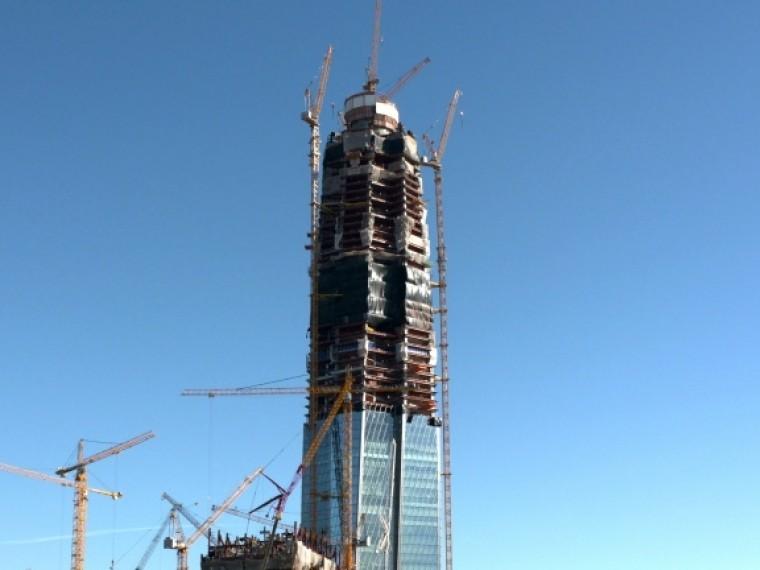 Петербургские экстремалыпопыталисьзалезть настроящуюся башню «Лахта-центра»
