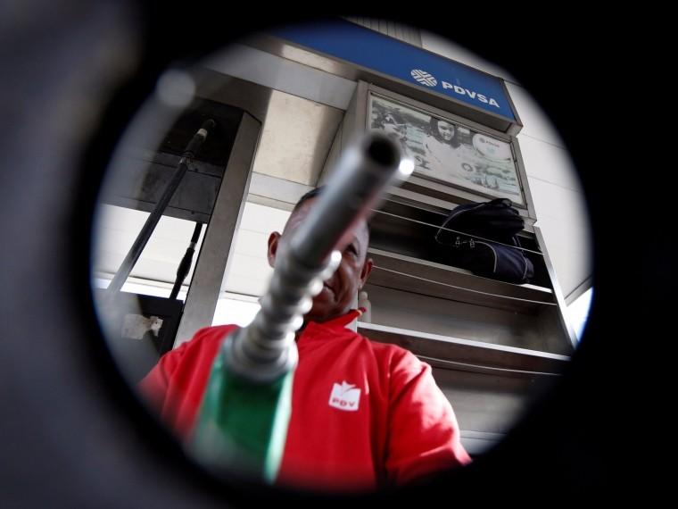 ВВенесуэле нехватает бензина. Люди часами ждут заправку топливом