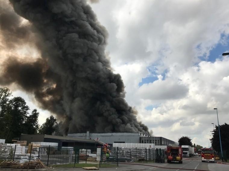 ВоФранции почти сутки немогут потушить пожар нахимическом заводе