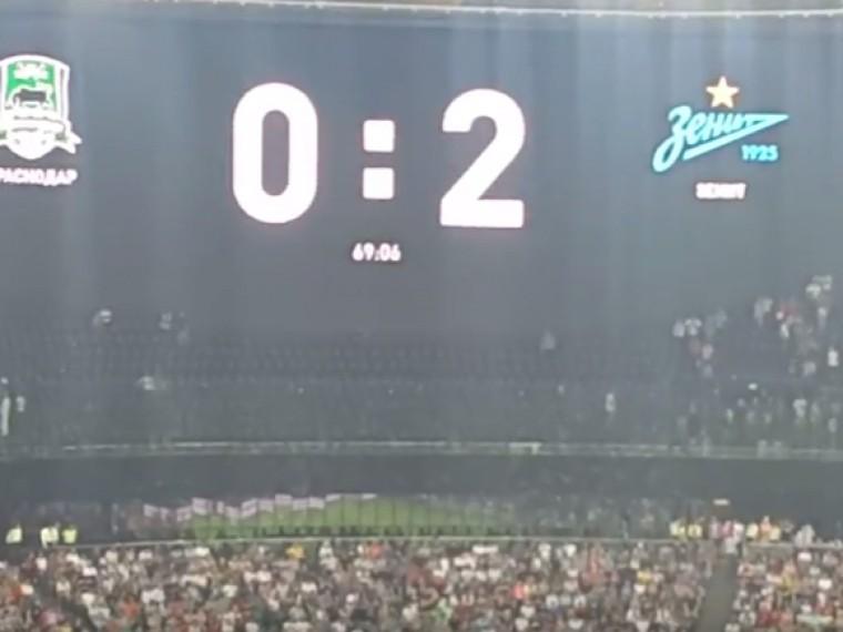 Всети появилось видео, как фанаты «Зенита» подожгли ипокинули краснодарский стадион