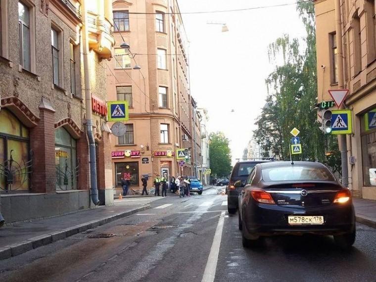 ВПетербурге автомобиль въехал вжилой дом