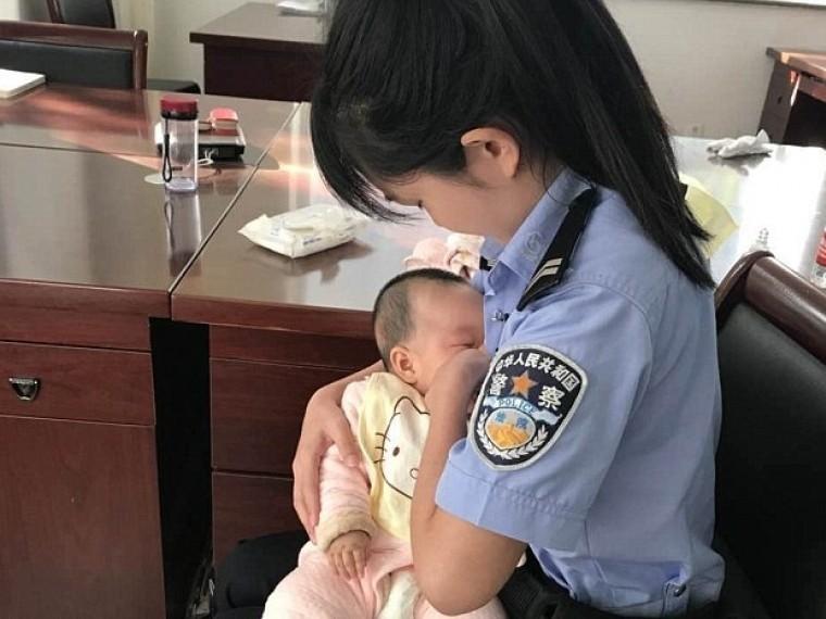 Девушка-полицейский изКитаякормила грудью младенца, пока его мать была всуде