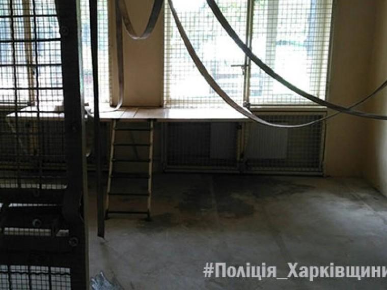 украине обезьяны откусили сотруднику зоопарка ухо пальцев