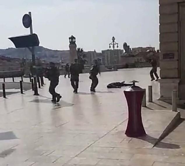 пятый канал публикует фото убитого полицейскими безумца ножом