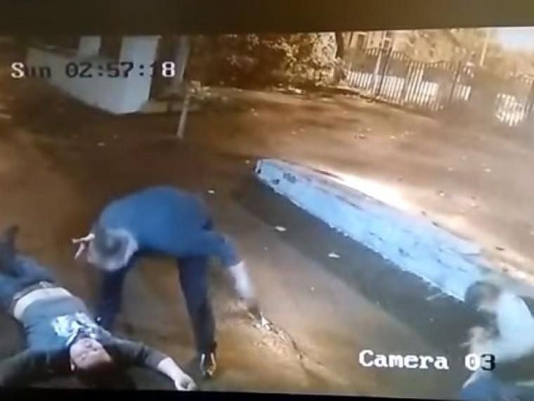 Пьяная драка вцентре Москвы попала вобъектив камеры видеонаблюдения