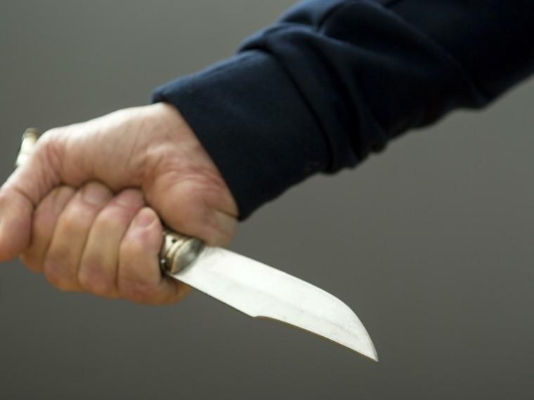 мужчину ударили ножом шею москве