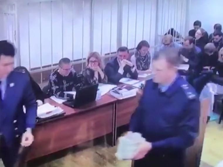 появилось видео деньгами улюкаевской взятки продемонстрированными суду