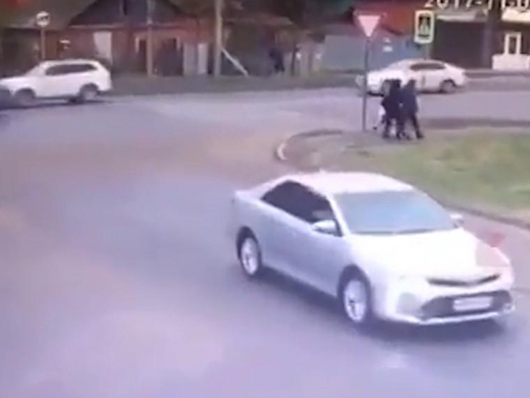 ВКраснодаре автомобиль набешеной скорости сбилсемью сребёнком натротуаре