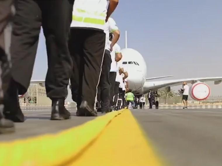 Бравые полицейские изДубая отбуксировали 300-тонный самолёт иустановили новый рекорд