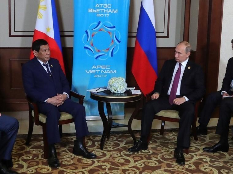 Путин иТрамп пообщались «наногах» во 2-ой день саммита АТС