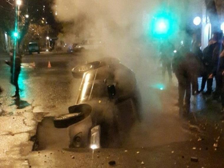 Рухнувший вяму скипятком автомобиль вСаратове сняли накамеру
