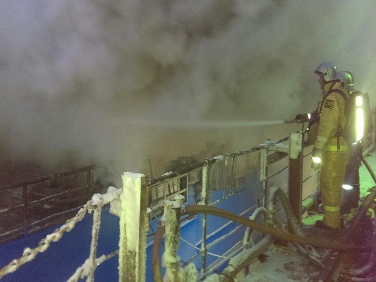 Вмурманском доке горящее судно гасят 54 спасателя и10 единиц техники
