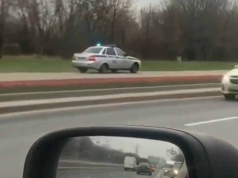 Полицейская машина натротуаре вМоскве вызвала шквал критики всоцсетях