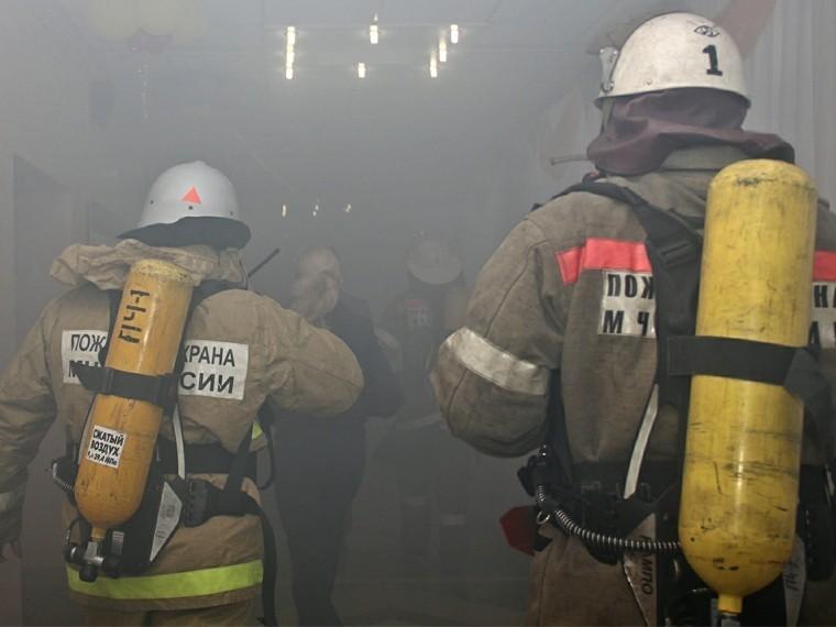 центре петербурга спасали жильцов горящей коммунальной квартиры