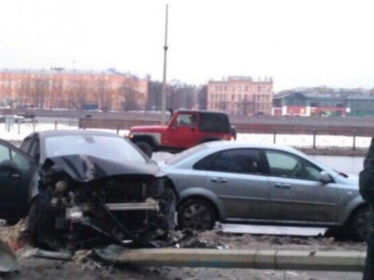 Вцентре Петербурга иномарка врезалась вфонарь иуронила его надругой автомобиль