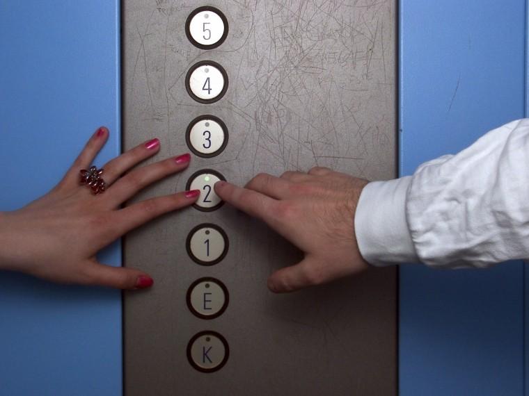 Первая встреча сдругом попереписке закончилась для школьницы изнасилованием влифте