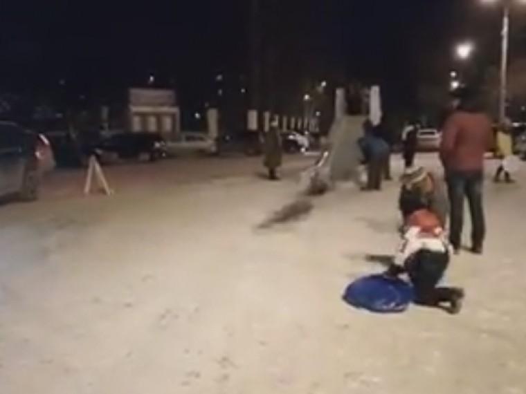 ВПерми дети съезжают следяной горки иоказываются под колесами машин