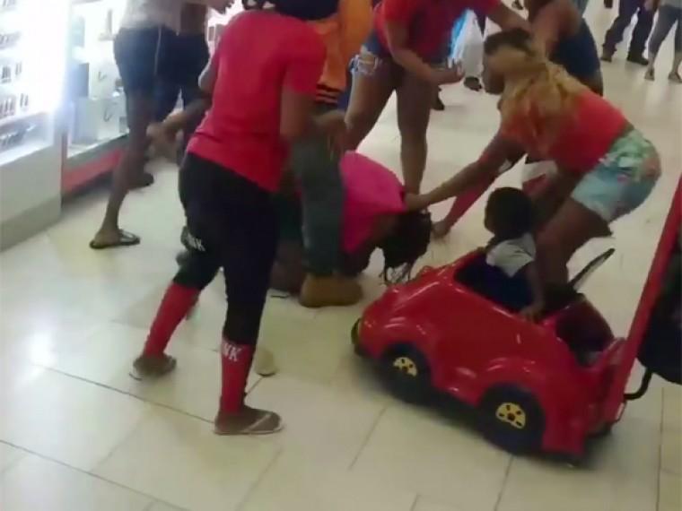 Толпа злых молодых покупательниц избила женщину вторговом центре воФлориде