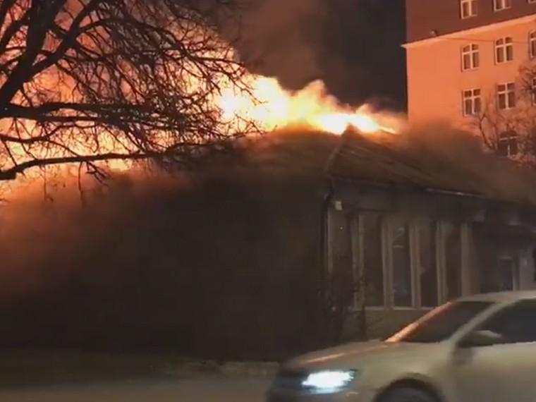 опубликовано видео горящего кафе москве