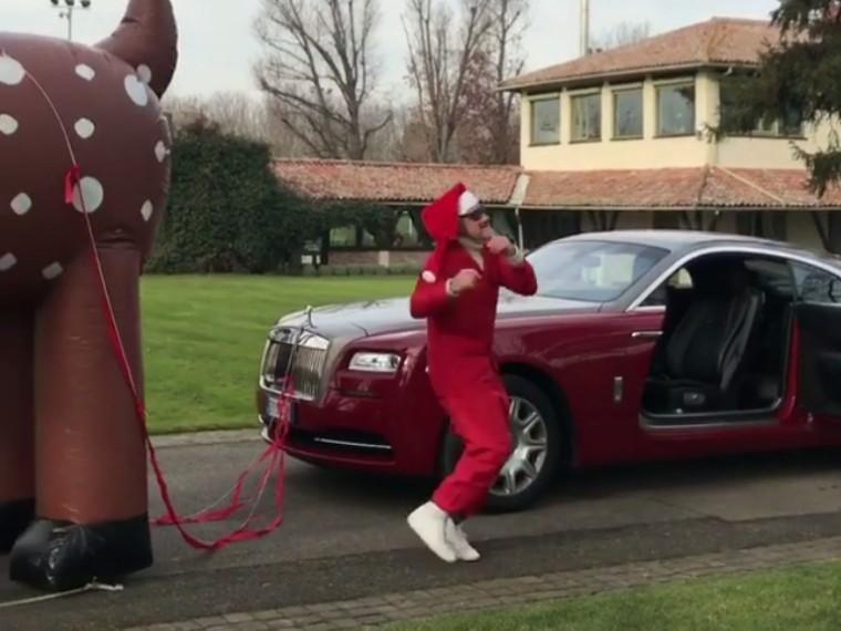 «Танцующий миллионер» привязал оленя кроскошному автомобилю ипустился впляс