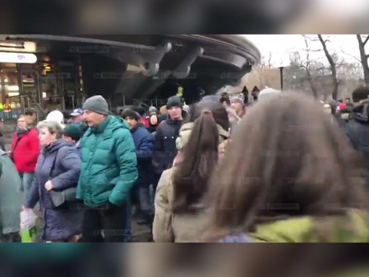 Пятый канал публикует кадры эвакуации пассажиров станции метро «Горьковская»