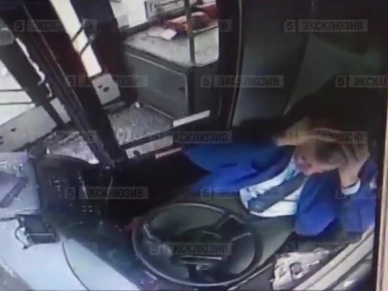 Пятый канал публикует кадры свидеорегистратора автобуса, который влетел наостановку вМоскве