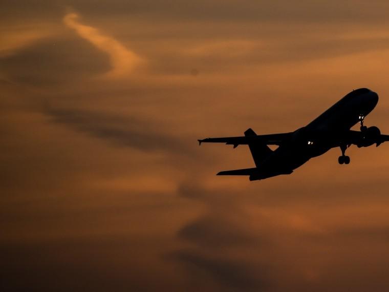 Самолет американской авиакомпании Delta Air Lines совершил экстренную посадку из-за птицы