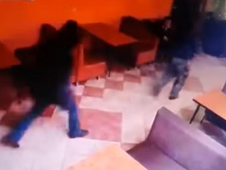 жестокое убийство троих кафе кубани попало видео