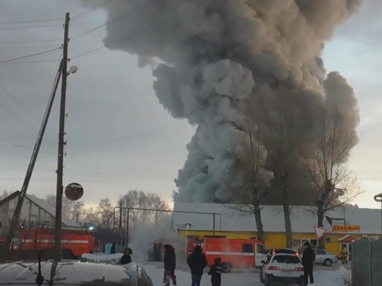 Первое видео изНовосибирской области, где полыхает обувная фабрика