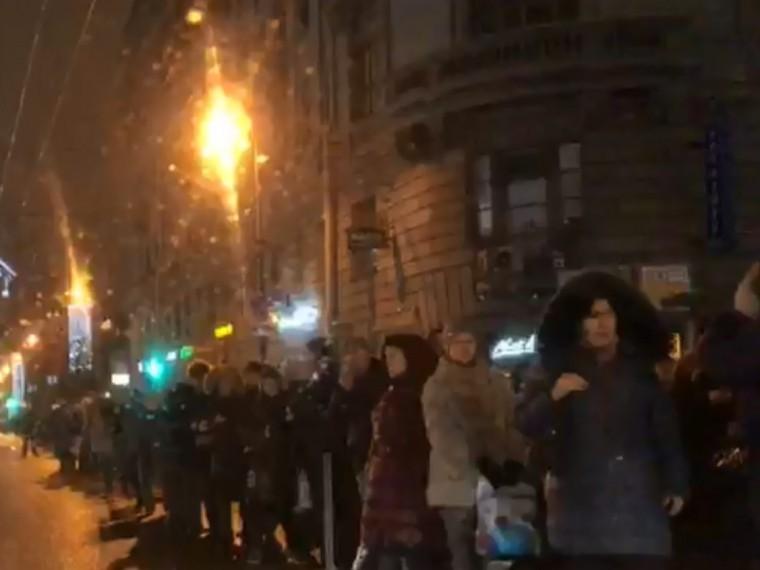 Пятый канал публикует кадры последствий сбоя вдвижении поездов петербургского метро— сотни людей идут пешком