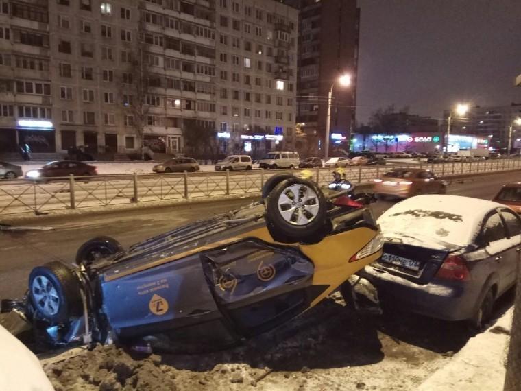 Автомобиль каршеринга перевернулся насевере Петербурга