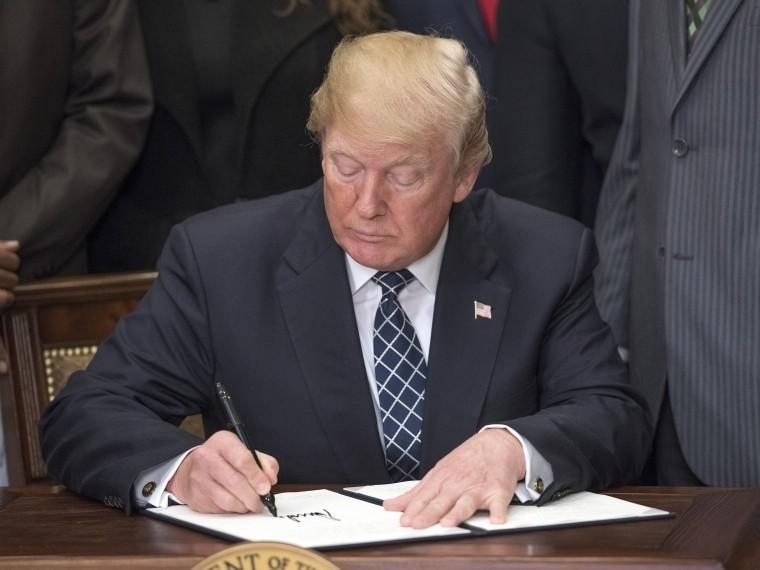 Трамп пригрозил выйти изсделки сИраном, если ЕСеене«исправит»