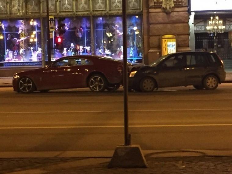 Старенький Fоrd протаранил красный Rolls-Royce Wraith этим утром наНевском проспекте вПетербурге