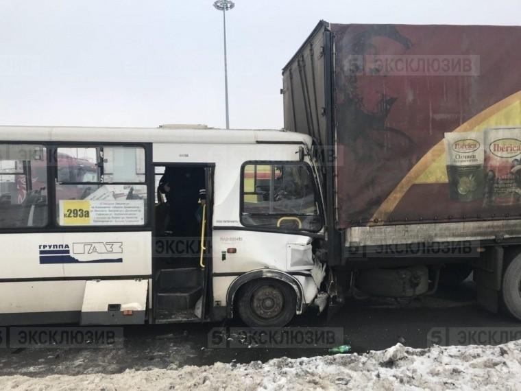 Пофакту аварии большегруза имаршрутки вПетербурге возбуждено уголовное дело