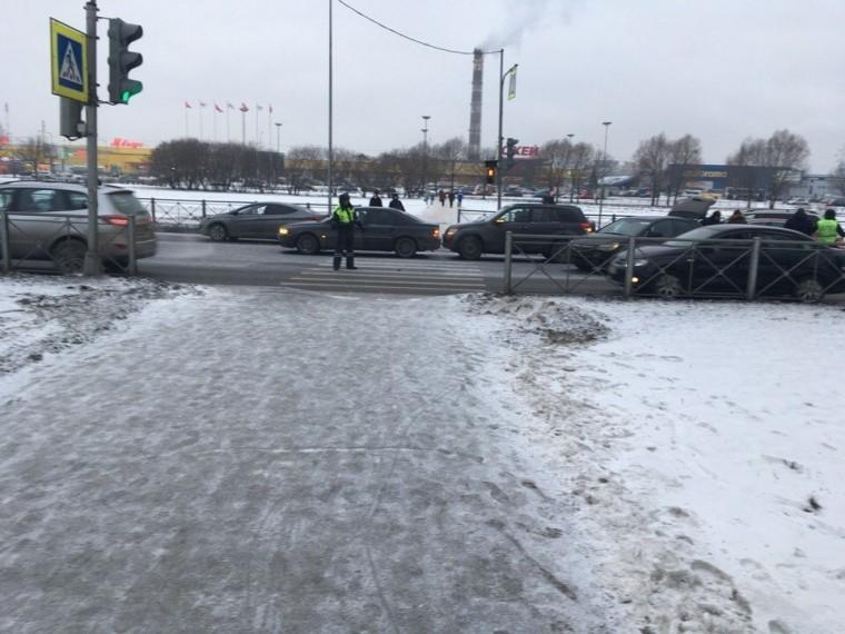 Массовое ДТП парализовало движение наПулковском шоссе вПетербурге