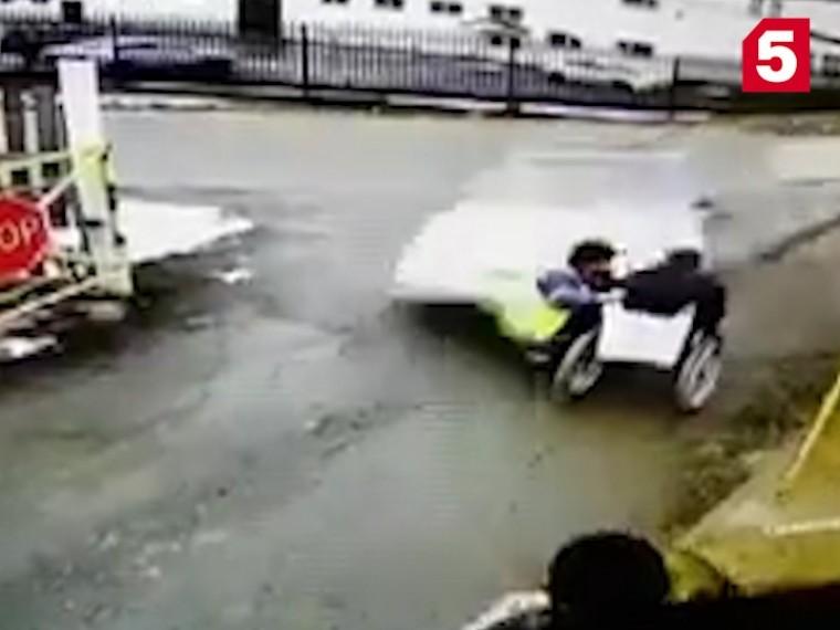Дерзкий наездлихого автомобиля наодного издорожных рабочих попал навидео