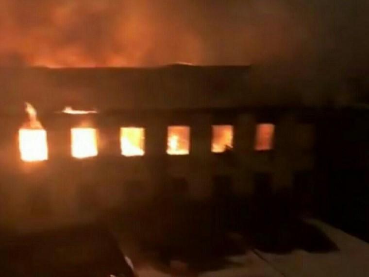 ВПетербурге горит историческое здание Морского корпуса Петра Великого