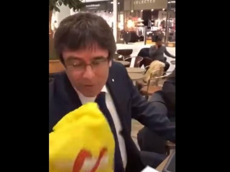 Пучдемон дважды поцеловал испанский флаг накамеру