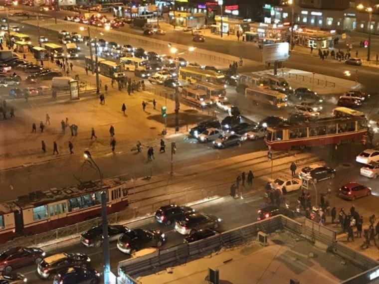 севере петербурга рельсов сошел трамвай парализовал движение час