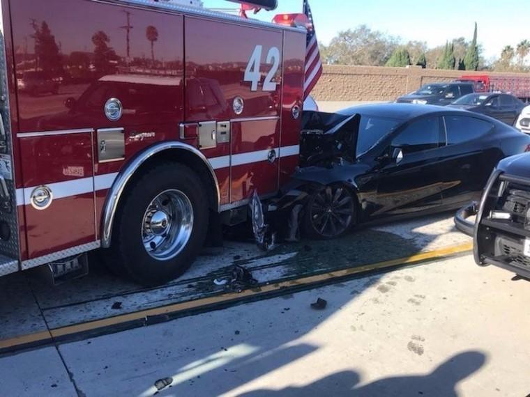 Tesla наавтопилоте протаранила пожарную машину вСША