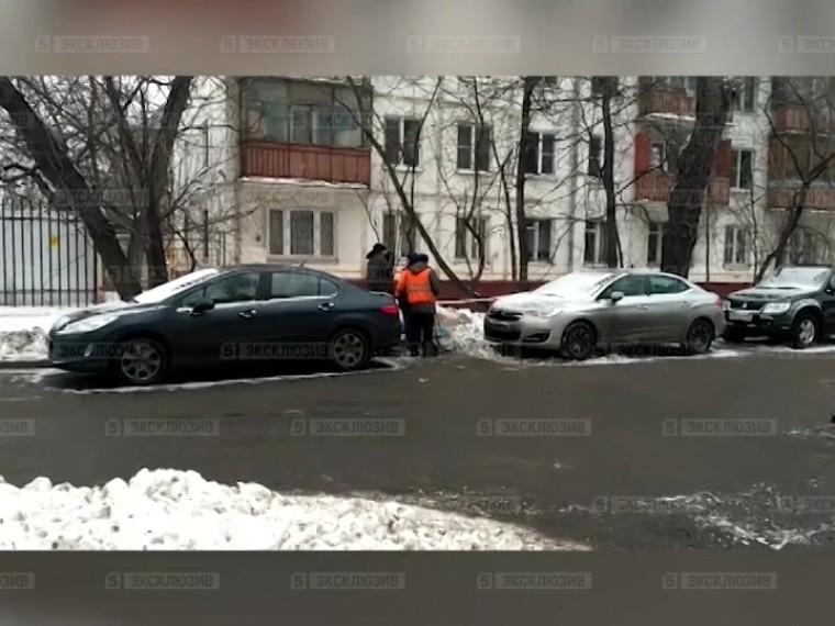 Пятый канал публикует видео изМосквы— полицейский расстрелял преступника сножом