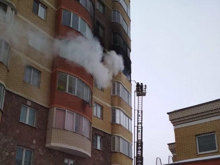 Пятый канал публикует первые кадры пожара вКрасногорске— спасаясь отогня семья выпрыгнула изокна