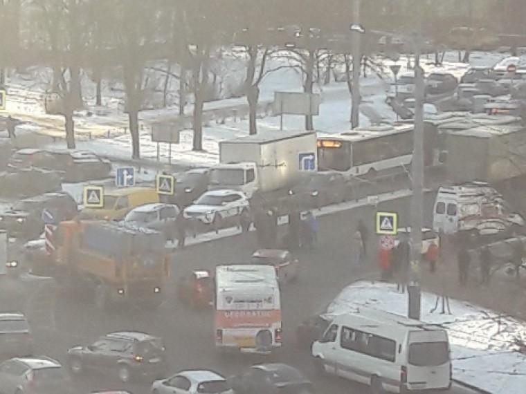 4-летняя девочка погибла под колесами грузовика на«зебре» вПетербурге